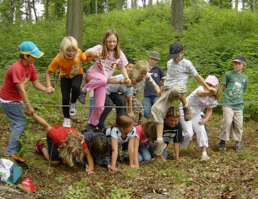 Kinder in Aktion am elektrischen Draht